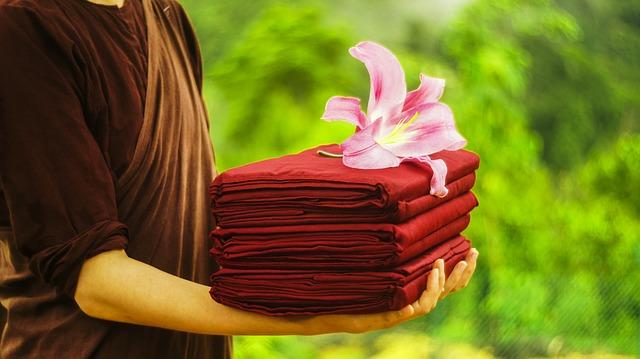 Comment enlever les plis d'une robe sans la repasser ?